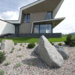 Nevšední je uspořádání průčelí domu, které tvoří výrazné předsazené prvky a kompozice atypických oken s nakomponovánými obklady.