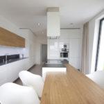 Také interiér se nese v duchu jednoduchosti. Bílé plochy jsou kombinovány se světlým dubovým dřevem.