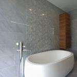 Dominantou manželské koupelny je volně stojící vana.
