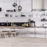 Kuchyňská sestava je odlehčena jednoduchými bílými policemi.