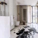 V koupelnách je použit bílý mramor.
