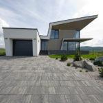 Hmotové uspořádání domu zvýrazňují předsazené terasy a římsy.
