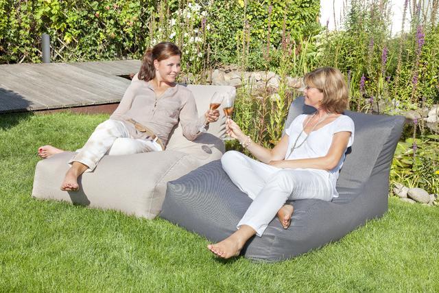 Lehátko Outbag, mrazuvzdorné, voděodolné, s ochranou proti UV záření, přizpůsobí se vašemu tělu. Rozměr 70 x 65 x 125 cm, cena 1 999 Kč.