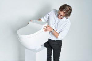 Toaleta AquaClean Tuma a její tvůrce designér Christopher Behling.