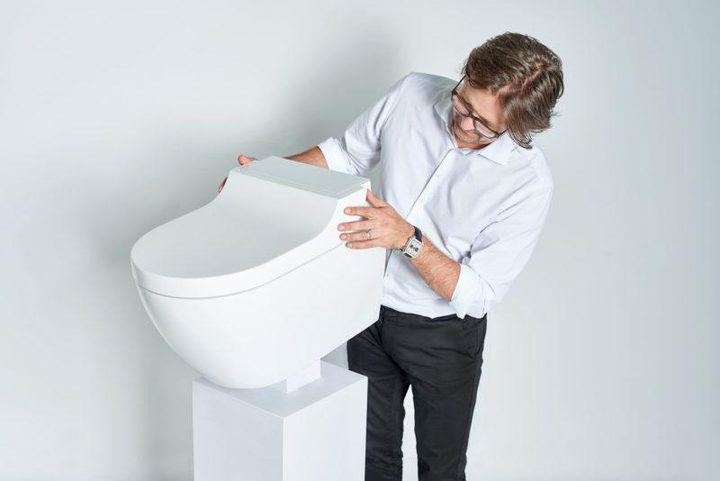 Toaleta AquaClean Tuma a její tvůrce designér Christoph Behling.
