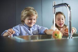 Bližší ovládací tlačítko ocení i děti.