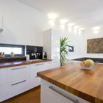Aby kuchyně působila subtilnějším dojmem, jsou horní skříňky navrženy jen do části sestavy.