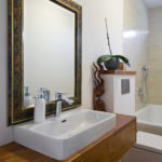 V rámci propojení s okolní přírodou je i v koupelnách použito dřevo.