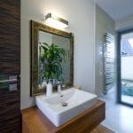 Dům je navržen tak, aby do koupelny vcházelo denní světlo.