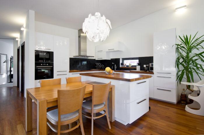 Hlavní obytný prostor má neutrální barevný základ, takže do něj mohou manželé vnášet barevnější a dekorativnější prvky.