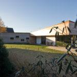 Vzhled domu vychází z kontrastu šikmého a vodorovného zastřešení křídel domu a ze střídání plnějších, dřevem obložených ploch a ploch prosklených s bílými mezipilíři.