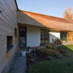 Převažujícím povrchem obou křídel domu je dřevěný obklad ve vodorovném členění.