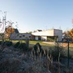 Rodinný dům má základní hmotu, uspořádanou do písmene L. Jedno křídlo má ploché zastřešení a druhé je zastřešeno pultovou střechou.