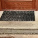 Detail nástupního schodu u zápraží zrenovovaných bočních vstupních dveří