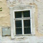 Původní okna jsou jednoduchá. Šambrány jsou značně poškozené, nesou stopy pozdějších zásahů, pískovcové parapety někde chybí.