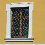 Všechna okna jsou nová, jejich tvar a uspořádání, pod přísnou kontrolou památkářů, vychází z členění původních barokních oken. Byly obnoveny okenní šambrány včetně vystupujících lemů. Nově bylo použito přiměřené oplechování parapetů.