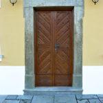 Vstupní dveře ze zahrady jsou replikou původních nefunkčních. Pískovcové ostění včetně dlažby a nástupního stupně je restaurováno.
