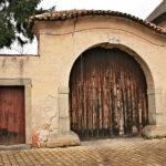 Vstupní brána s vraty před rekonstrukcí