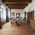 V jídelně v horním patře je užitý dobový nábytek tedy příborníky, komoda, jídelní stůl i židle jsou originály z doby neorenesance.