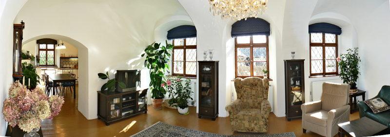 Obývací pokoj v přízemí po rekonstrukci. Je vybaven novodobým mobiliářem, který je zvolen tak, aby tvarové harmonizoval s novorenesančním prostředím.
