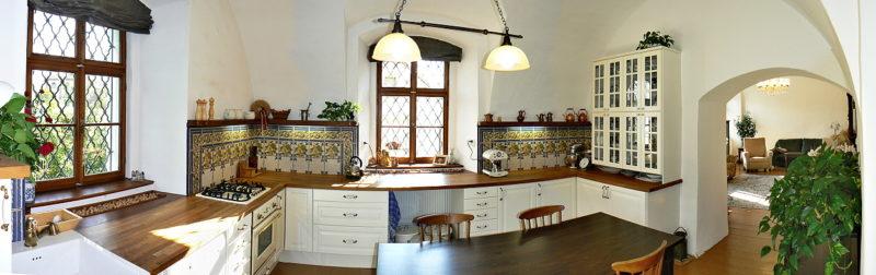 Nově vyřešená kuchyň je celá vybavena nábytkem z IKEA. Dobový vzhled ji dávají repliky vzorů obkladů i tvarované nábytkové úchytky a doplňky.