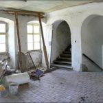 Hala v 1. patře před celkovou rekonstrukcí. Na stropě je ještě vidět původní pobití.