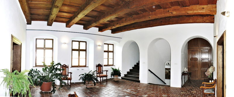 Celkově zrekonstruovaná hala v 1. patře. Bylo sneseno podbití původního trámového stropu, trámy byly odhaleny a byl zrenovován celý povrch stropu. Restaurátorským způsobem bylo nutno opravit zdivo a omítky, půdovkovou dlažbu.
