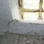 Stav okna na podestě u půdy před rekonstrukcí.