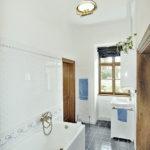 Nově zrekonstruovaná koupelna s replikami vzorů dobových obkladů a dlaždic i tvarově odpovídajícími armaturami.