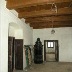 Prostor jídelny v 1. patře před celkovou rekonstrukcí. Původní trámový strop byl bez podbití.