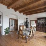 Jídelna v 1. patře po celkové rekonstrukci, kdy bylo nutno opravit restaurátorskými postupy všechny zdi, podlahu, stropy i omítky. Užitý dobový nábytek tedy příborníky, komoda, jídelní stůl i židle jsou originály z doby neorenesance.