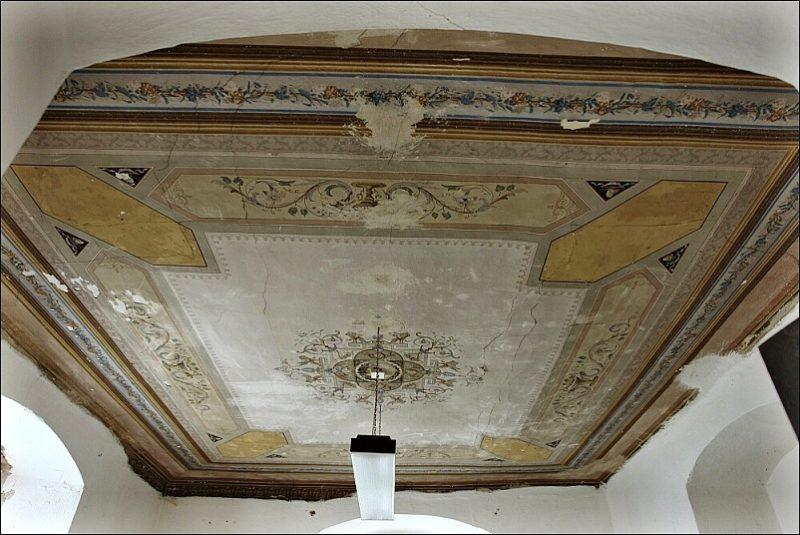 Novorenesanční výmalba stropu z 1. poloviny 19. stol. v jedné z ložnic před rekonstrukcí.