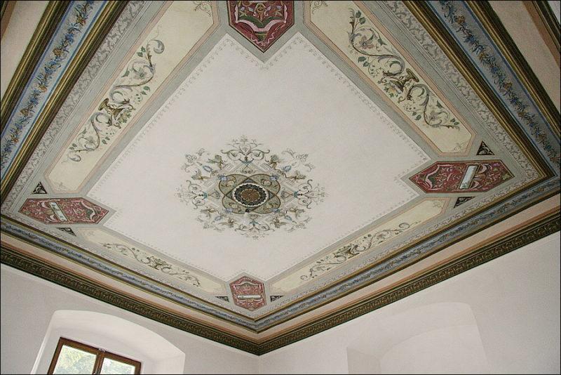 Zrestaurovaný novorenesanční strop s výmalbou v ložnici v 1. patře, kde bylo nutno řešit i jeho statické podchycení.