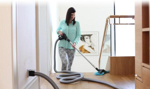 Po domě nemanipulujete s tělem vysavače, ale pouze s hadicí. Velmi pohodlné to je zejména na schodech.