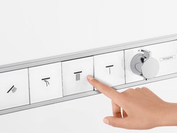 Do sprchových koutů se vkrádají tlačítka. Baterie RainSelect Hansgrohe