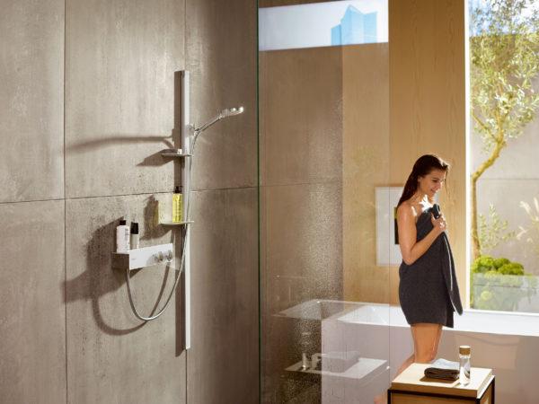 Koupelnovému prostoru vládne elegantní bílá. A to nejen v plochách, ale v detailech. Sprchový set Unica, Hansgrohe.