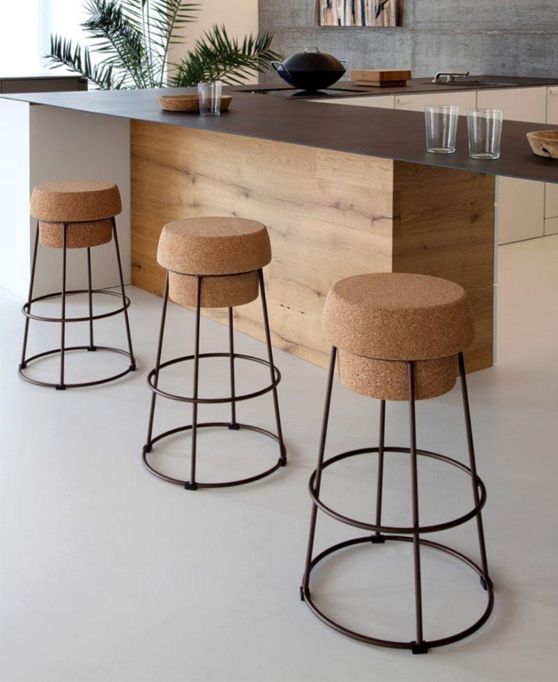 Barové židle se sedákem z korku.