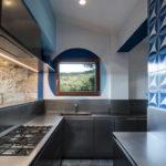 Nerezová kuchyně Abimis splňuje nejvyšší nároky na hygienu. Doplněna terakotou a modrou vůbec nepůsobí studeně.