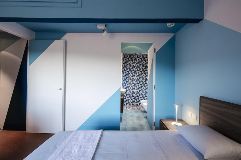 Modrá se prolíná celým interiérem.