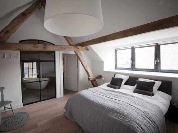 Dobře si rozmyslete umístění postele pod šikminu. Spánek pod ní totiž nemusí být příjemný.
