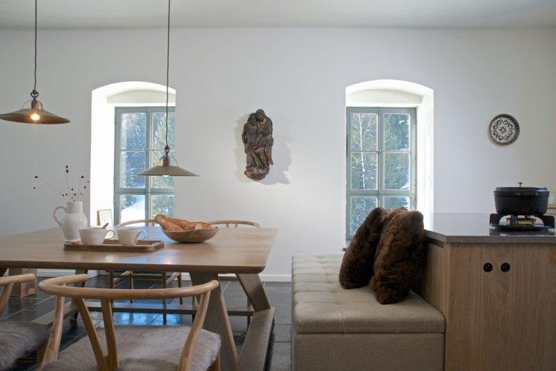 Nová okna se sníženými okenními parapety, dostatečně prosvětlují místnosti, umožňují větší kontakt s venkovním terénem a svojí formou evokují tradiční stavení.