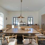 Dům slouží pro setkávání široké rodiny. Proto tu je velký jídelní stůl.