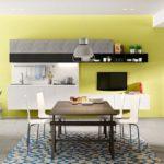 Obývací pokoj je možné opticky oddělit od kuchyně nábytkovým regálem přístupným z obou stran.