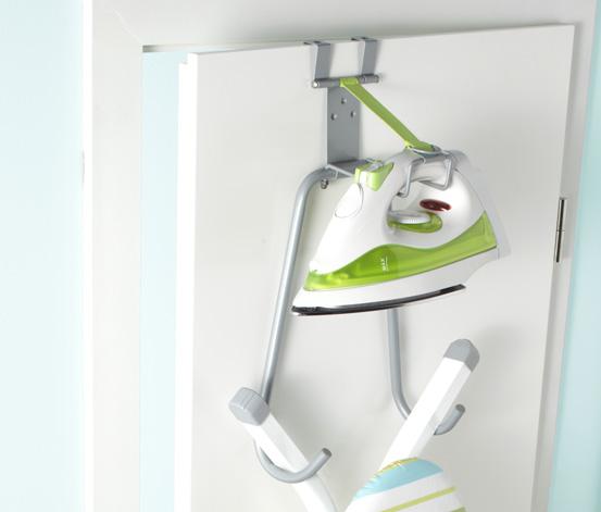Pomocí držáků a háčků využijte i dveře. Třeba na pověšení žehličky a žehlicího prkna.