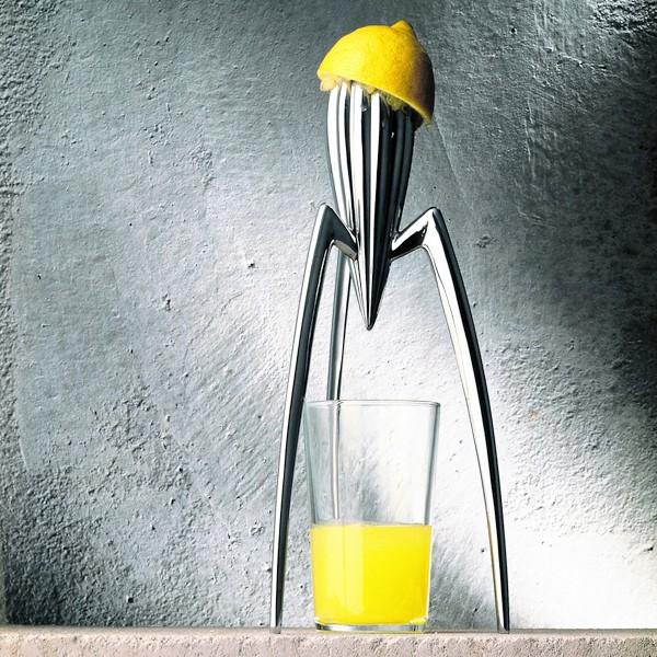Odšťavovač Salif je asi Starckův nejznámější pomocník do kuchyně. Navrženo pro Alessi.