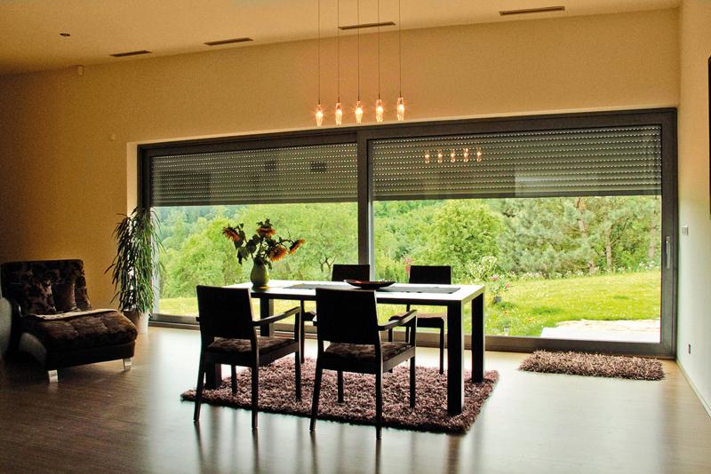 Rolety firmy Lomax je možné vybírat z široké škály barev, takže budou ladit s interiérem.