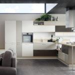 Jídelní stůl je součástí kuchyně. Na sestavu rovnou navazuje sedací souprava. Řešení obvyklé pro menší místnost.