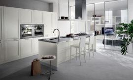 Dveře mezi kuchyní a obývákem mohou být z čirého skla. Pak evokují blízkost anestísněný prostor, i když jsou zavřené.