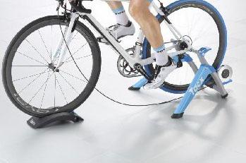 Trenažér na kolo Tacx Satori Smart se speciálním softwarem, magnetickým odporem a nastavením sklonu. Cena 7 550 Kč, Bike de Luxe