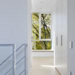 Díky nevelkému půdorysu je většina úložných prostor schována za dveře.